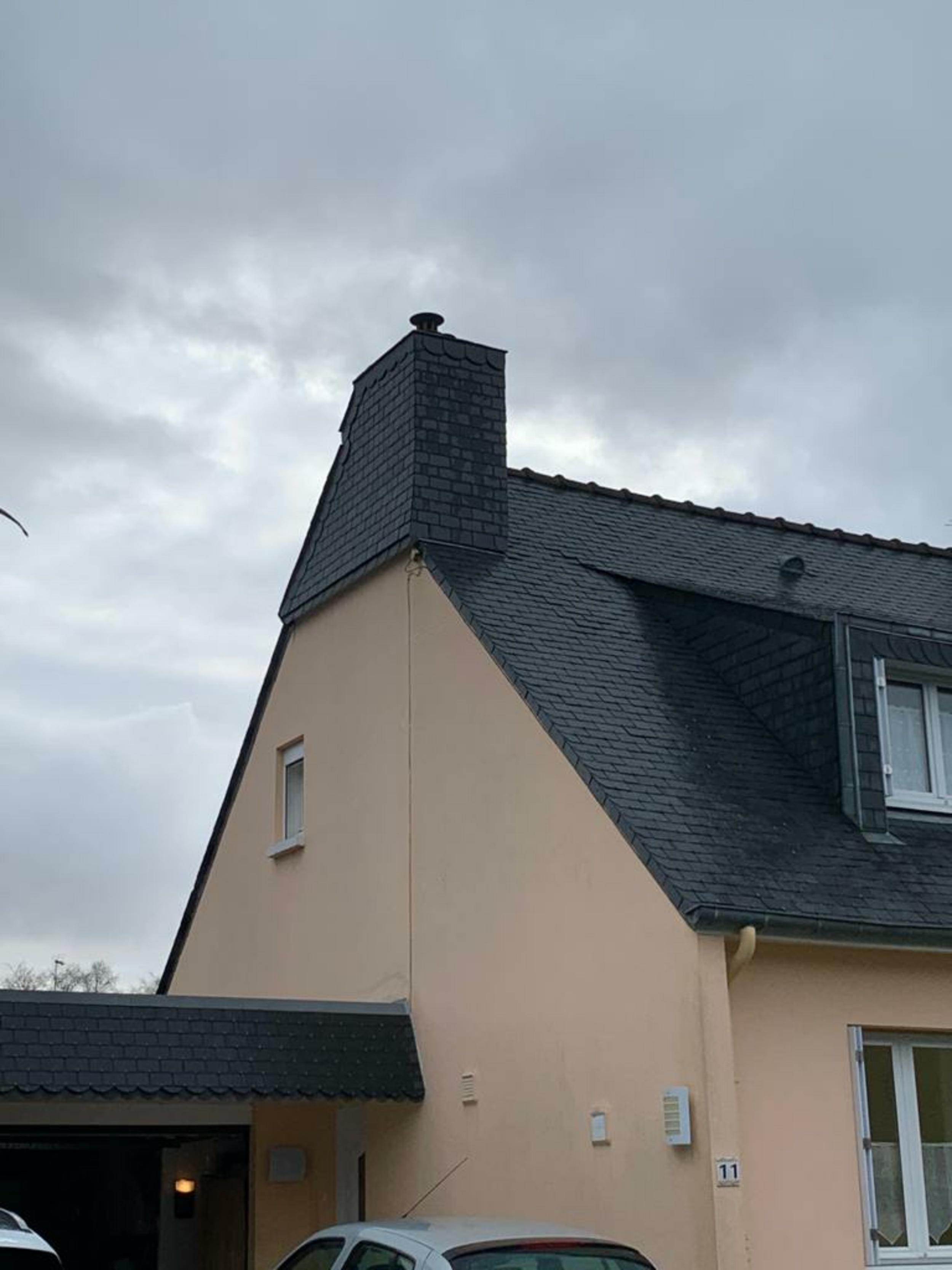 Pose d''un bardage de cheminée en ardoise naturelle- St-Julien- 22